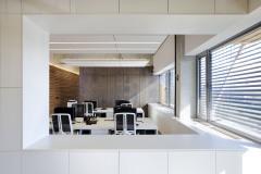 V interiérech architekt kombinoval dřevo a kov v různých podobách