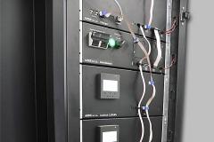 Kromě bateriových článků s BMS a nabíjecí jednotky stanice obsahuje také MPPT modul, invertor a modul synchronizace