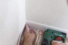 Aplikace Baumit Nivello na dřevěný podklad – osazení okrajové dilatační pásky