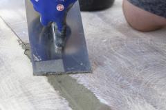 Aplikace Baumit Nivello na dřevěný podklad – spárování původní dřevěné podlahy cementovou maltou Baumit Baumacol Preciso