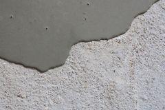Aplikace Baumit Nivello na dřevěný podklad – detail vrstvy stěrky