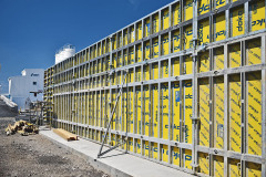 Moderní stěnové bednění Doka Framax Xlife Plus přináší na staveniště logicky rastrovaný systém, velkoplošné panely a jednostranné kotvy. Díky nim je obednění svislých konstrukcí rychlé, přesné a bezpečné. Logický rastr a kvalitní bednicí deska navíc přináší možnost využití pro pohledové betony.