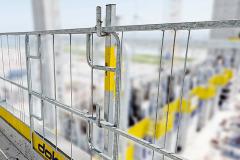 Ochrana volného okraje Doka XP z programu Doka Safety je kompatibilní s bednicími systémy a využít ji lze i pro hrubou stavbu