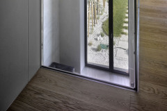Vysoké okno a galerie v obývacím pokoji