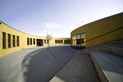 """""""Tvarově jsme se inspirovali Rondelem, který už v areálu školy stojí. Bylo by chybou navrhnout další solitér, který by tříštil koncepci areálu. Nicméně kruhovým tvarem podobnost s Rondelem končí. Vnitřní uspořádání, parter i materiály jsou z podstaty zadání odlišné,"""" říká architekt David Grulich."""