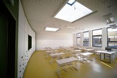 V učebnách je na stropě speciální zvukově pohltivý podhled z pravidelně děrovaného sádrokartonu