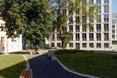 Ve vyšší části má objekt devět nadzemních podlaží – respektuje ráz původní nemocnice, díky jeho tvaru vznikly v areálu nové parkové zóny