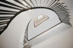 Schodiště pro devět podlaží má zajímavou a krásnou monolitickou konstrukci