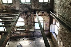 V budově I byly kompletně vyměněny krov a stropní trámy, nahradily je válcované profily IPE