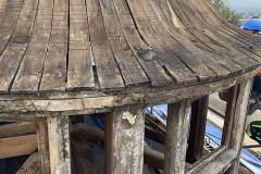 Střecha i krov musely být v budově E nahrazeny včetně věžičky a podokapních říms