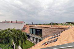 Galerie je vykonzolována na systému ocelových nosníků; realizována byla jako dřevostavba s větranou fasádou. Plochá střecha nástavby je vegetační.