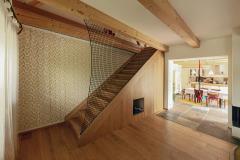 Obývací pokoj má při štítové zdi nové schodiště do podkroví