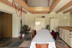 Kuchyně s jídelnou je propojená s obývacím pokojem