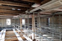 Kromě obvyklých lešení i náročné podstojkování a heverování pokleslých konstrukcí