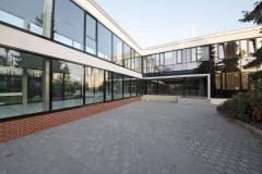 Nová fasáda ze systémových rámových profilů z hliníkové slitiny s přerušenými tepelnými mosty u hlavního vstupu