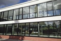 Atypickým prostorem, kde byl navržen lehký obvodový plášť pro sjednocení architektonického vzhledu objektu, jsou dva spojovací krčky s velmi štíhlými sloupky v místě francouzských oken, které dodávají objektu původní výjimečnost