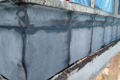 Parapet po demontáži původní fasády a po aplikaci parozábrany z asfaltových pásů