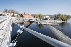 Tvar lávky u pravého břehu byl optimalizován tak, aby se dosáhlo plynulé, symetrické průhybové křivky mostovky a rovnoměrného rozdělení vnitřních sil