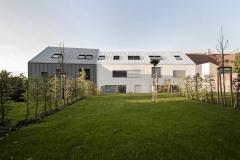Střechy jsou ze stejného materiálu jako fasády, toto řešení podtrhují skryté zaatikované žlaby