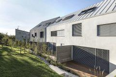 Do zahrady jsou v 1. NP velké prosklené plochy z obytných prostor, ve 2. NP menší okna z ložnic. Rámy oken jsou dřevěné.
