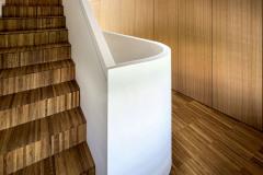 Expresivně modelované schodiště ve třetím domě tvoří jakýsi kloub stavby v místě, kde se její hmota zalamuje