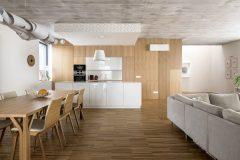 bytě investora jsou na stěnách dřevěné obklady stěn a povrchy z pohledového betonu