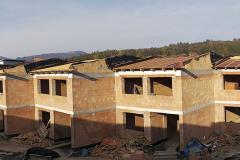 Obvodové zdivo bytových i řadových domů bylo navrženo z broušených cihel HELUZ PLUS 38, které společně s kontaktním zateplovacím systémem tvoří energeticky úspornou obálku
