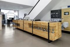 V přízemí se ve dvou ze tří hal realizuje showroom, v patře kanceláře zaměstnanců. Tyto prostory propojuje galerie.