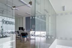 Prosklené příčky u kanceláří, na podlaze Interiér skladové části je cementová stěrka