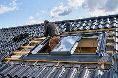 Výhodou jednoho rámu pro tři okna je snadná a rychlá montáž, vnější oplechování okna je z lakovaného hliníku