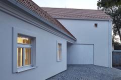 Starý domek byl sanován, okna jsou vyrobena podle původních