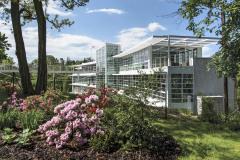 Díky členění skleněné fasády v rastru v segmentech po 50 cm budova získala obraz čistého zdravotnického zařízení, které navíc velmi dobře navazuje na funkcionalistickou architekturu