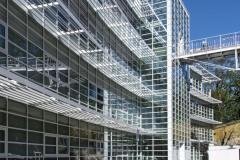 Na jižní fasádě brání přehřívání interiérů masivní slunolamy, které svým provedením a geometrií kopírují zahnutý tvar stavby