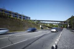 Pro pěší propojení obou budov ČSOB v Radlicích slouží tunelomost, který plynule překonává jejich výškový rozdíl