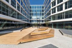 Jižní nádvoří: pražskou mozaiku doplňují pochozí dřevěné paluby, které slouží také pro sezení