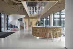 Interiér recepce zdobí monolitické točité schodiště