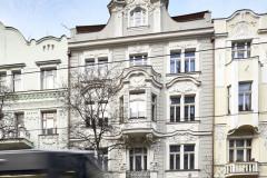 Průčelí domu do ulice korunuje velké okno ve střeše
