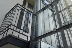 Konstrukce výtahu je samostatná, balkonů se jen dotýká