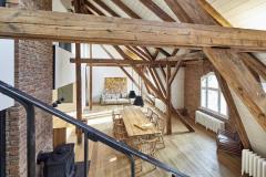 Velkorysý byt má atmosféru půdy, může v něm ale bydlet velká rodina