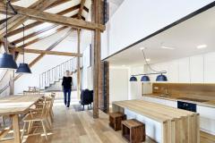 Kuchyně má v obytném prostoru vlastní niku pod galerií