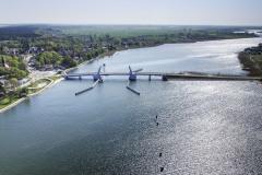 Řeka je v těchto místech široká, s nízkými břehy a s poměrně řídkou a nevysokou zástavbou. Most nemá na první pohled efektní konstrukci, přesto je elegantní, přesně sedí do zdejšího kraje.