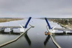 Plavební dráha pod otevíraným polem mostu má šířku 50 metrů. Po obou stranách je ohraničena systémem odbojnic o délce přes 400 metrů. Mostní křídla se spouštějí a zvedají pomocí hydraulických válců. Na jedné straně jsou zakotvené do hlavních nosníků ocelového křídla, na druhé straně do základu pilíře. Při zavírání mostu pracují písty jako tlačné, při zvedání mostních křídel jako tažné.