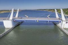 Nosnou konstrukci mostu tvoří sklápěná část a dojezdová pole. Dvoukřídlá ocelová konstrukce sklápěné části má pro každé křídlo dva tandemové ocelové nosníky, v příčném směru je doplňují dva skříňové příčníky.