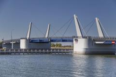 Dvoukřídlový sklápěcí most má pětipolovou konstrukci se středovou dvoukřídlovou ocelovou otvíravou částí, doplněnou na obou stranách dvěma poli z betonových rámů