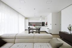 V otevřeném centrálním prostoru se nachází obývací pokoj, kuchyně a jídelna