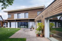 Nulová dřevostavba domu s krytým bazénem: Tento projekt se skládá ze dvou objektů s rozdílným vnitřním prostředím, rodinného domu a bazénu. Jsou odděleny tepelně izolační a vzduchotěsnou rovinou, ale sousedí spolu a jsou propojeny dveřmi. Pokud posuzujeme dům a bazén současně, pak se jedná o nulovou stavbu, pokud budeme posuzovat pouze rodinný dům a nebudeme počítat se zisky z obnovitelných zdrojů (tedy kdyby neměl fotovoltaické panely a tepelné čerpadlo), pak se jedná o dům pasivní s měrnou potřebou tepla na vytápění 15 kWh/m2rok.