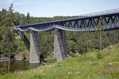 Most je dlouhý 208,4 m včetně křídel. Dvě krajní pole jsou kamenná klenbová, tři vnitřní mají ocelovou příhradovou konstrukci s mezilehlou prvkovou mostovkou. Stavba mostu byla před 120 lety realizována před napuštěním hracholuské přehrady, takže v dnešní době pilíře stojí ve vodě.