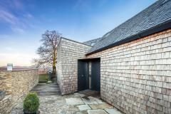 Fasády a střechy mají provětrávanou konstrukci s vnějším obkladem štípaným modřínovým šindelem