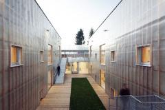 Vnitřní atrium mezi základními objemy stavby