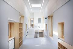 V interiéru se střídají různě vysoká patra